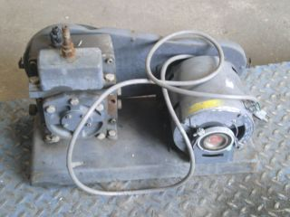 1400 DUO SEAL VACUUM PUMP w/ 1/3HP MOTOR, MISSING BELT GAURD, USED