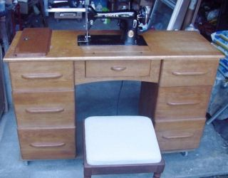 SINGER SEWING MACHINE, TABLE WORK DESK, ACCESSORIES ZIGZAG BUTTONHOLE