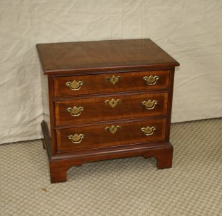 WHITE FURNITURE COMPANY BANDED MAHOGANY CHIPPENDALE NIGHSTAND BEDSIDE
