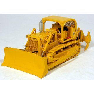 (IH) TD 25 Crawler Dozer (Bulldozer) w/Ripper 1/50: Toys & Games